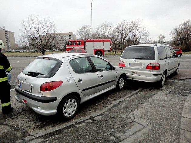 Dopravní nehoda dvou osobních automobilů vHradecké ulici vHradci Králové.