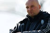 V NAPĚTÍ. Trenér hradeckých fotbalistů Pavel Malura jako by už počítal hodiny, které scházejí do startu jarní části.