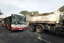 V Hradci se srazil trolejbus s nákladním autem