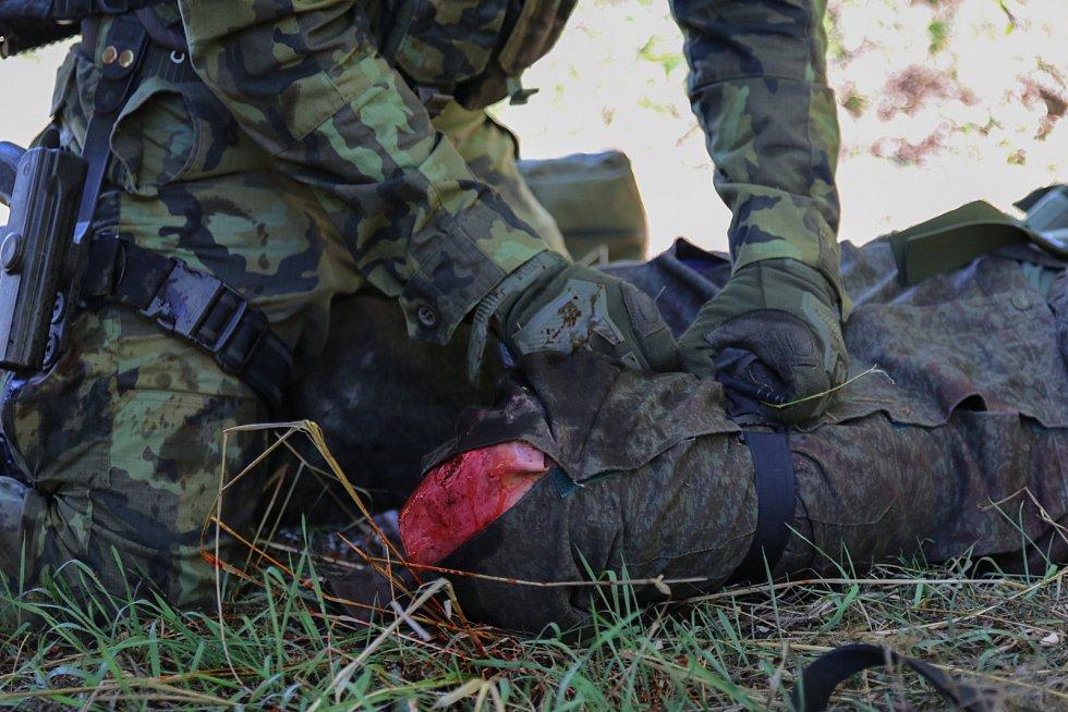 Součástí výcviku je i zdravotní příprava, ve které se vojáci učí poskytnout první pomoc v boji.