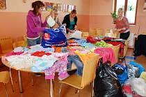 Oblečení ze sbírky věnované strážníky hradeckému Domovu pro matky s dětmi.