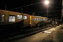 Srážka dvou vlaků a následné vykolejení jednoho z nich na hradeckém hlavním nádraží.