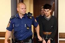 Mladík chtěl znásilnit prvňačku, z bytu ji pustil za deset korun