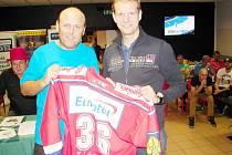 Zleva místopředseda OFS Hradec Králové Vladan Haleš a bývalý hokejový gólman Dušan Salfický.