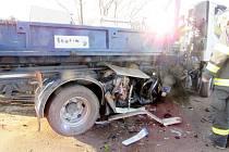 Dopravní nehoda osobního a nákladního automobilu mezi obcemi Stěžery a Dolní Přím.