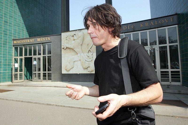 Umělec David Černý navštívil Magistrát města, kde jednal o možném umístění Entropy v Hradci Králové.