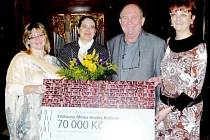 Ocenění se předávalo v Národní knihovně. Z šeku ale hlavně pocty měla radost ředitelka hradecké knihovny Barbora Čižinská (druhá zleva) i náměstek primátora Josef Krofta.