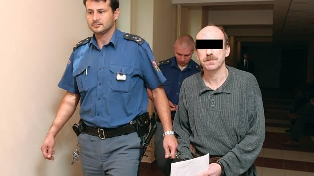 Případ pohlavního zneužívání, znásilnění a vydírání u Krajského soudu v Hradci Králové.