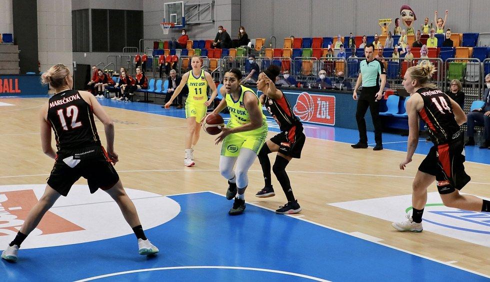 1. finále Renomia ŽBL: USK Praha (ve žlutém) vs. Hradec Králové.Foto: uskbasket.cz