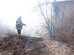 Požár suché trávy a drážního domku v chlumecké Nádražní ulici.