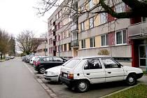 Parkování ve Smiřicích. Ilustrační fotografie.
