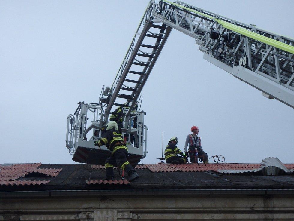 Zásah hasičů v souvislosti s větrným počasím.