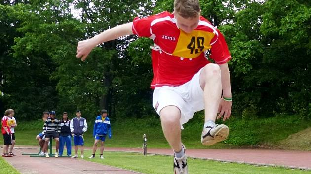Atletické závody pro děti z dětských domovů v sokolském sportovním areálu na hradeckém Eliščině nábřeží.