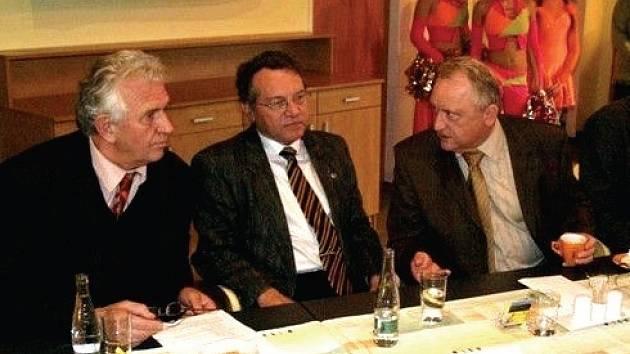 Senátor Karel Barták s poslancem Davidem Kafkou a hejtmanem Pavlem Bradíkem.