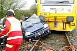Srážka osobního vlaku s osobním automobilem na železničním přejezdu u Všestar na Hradecku.