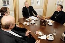 Společensko-pracovní setkání primátora města Zdeňka Finka se zástupci církve v domě U Špuláků na Velkém náměstí v Hradci Králové.