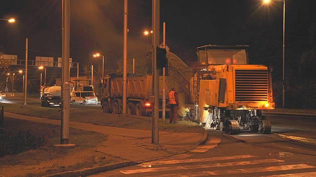 Noční práce při opravě vozovky na Brněnské třídě, sobota 27. září 2008, dvě hodiny po půlnoci