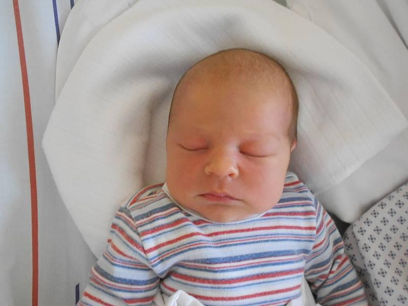 JAN JAKUBEC se narodil 25. září ve 23.36 hodin. Měřil 50 cm a vážil 3630 g. Velkou radost udělal svým rodičům Andree Vondráčkové a Jiřímu Jakubcovi z Olešnice. Tatínek to u porodu zvládl na jedničku s hvězdičkou.