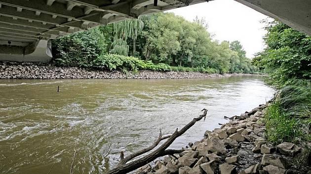 Velké kameny a ústí kanálů jsou nyní k vidění na toku řeky Orlice v Hradci Králové. Její hladina je totiž snížena o desítky centimetrů. Důvodem jsou opravy na elektrárně u Moravského jezu, které potrvají až do 3. října.