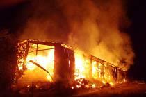 Požár skladovací haly v obci Holín na Jičínsku.