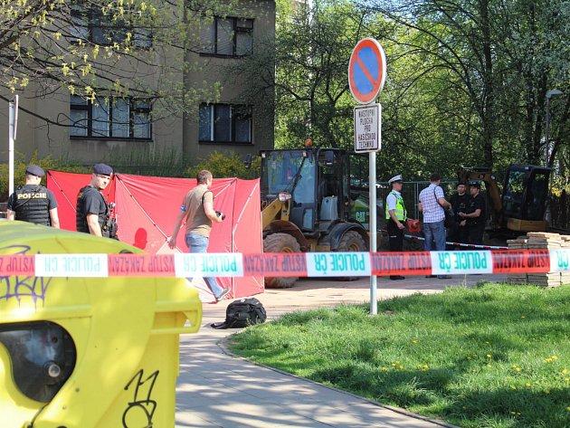 69letou ženu srazil v Baarově ulici v Hradci Králové bagr. Na místě zemřela.