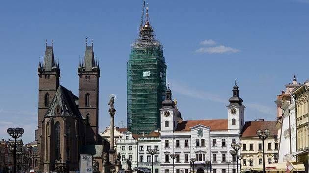 Návrat hodinových cimbálů a makovice zpět na rekonstruovanou Bílou věž v Hradci Králové.