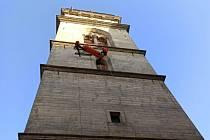 Na Bílé věži cvičili hasiči záchranu osoby.