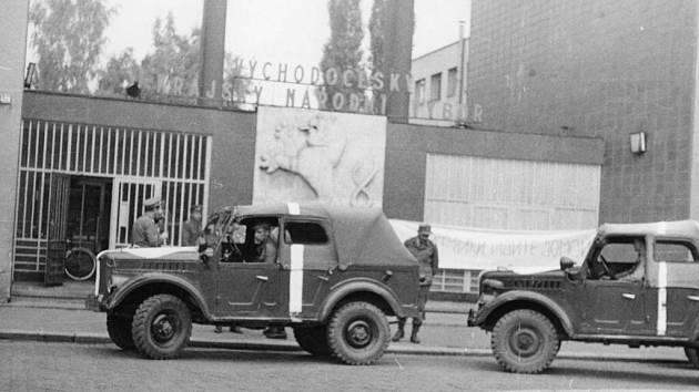Představitelé polských jednotek přijeli vyjednávat na krajský národní výbor v Hradci Králové.