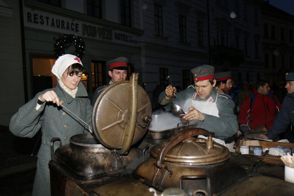 Nepřátelské strany vojáků slavily fotbalem Vánoce.