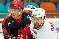První gól hokejového Hradce Králové v sezoně dal proti Spartaku Moskva obránce Filip Pavlík (vlevo).