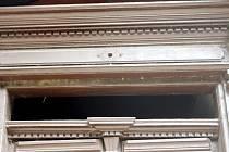 Vloupání do hostince větracím otvorem nade dveřmi.