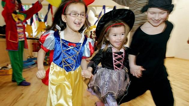 Klauni, nejrůznější zvířara i ladné tanečnice se mohli  27. února vydovádět při tradičním karnevalu  křesťanského mateřského centra Sedmikráska.
