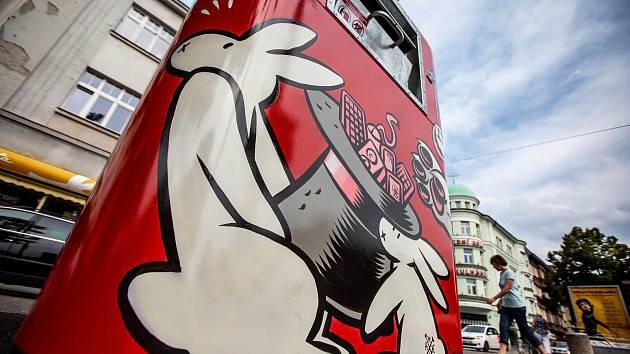 Kontejner na elektroodpad s graffiti designem v centru Hradce Králové.