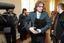 Odročené hlavní líčení s bývalým sbormistrem dětského pěveckého sboru Bambini di Praga Bohumilem Kulínským pokračovalo u hradeckého krajského soudu výslechem bývalých sboristek.