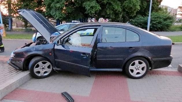 Řidič ujížděl před hlídkou, po městě se řítil stokilometrovou rychlostí.