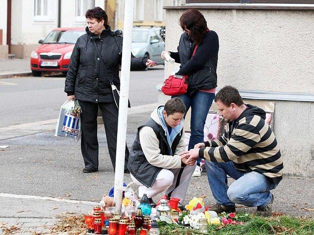 Místo tragické události, kde řidič vozu srazil dvě malé děti, které nedlouho poté zemřely.