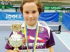 Vendula Šichanová s pohárem a medailí za první místo.
