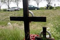 Neštěstí, kdy při odbočování vlevo u Všestar před lety zahynula při cestě do školky matka se synem, připomíná pomníček. Všestary zde tlačí na zřízení odbočovacího pruhu.