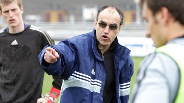 Trénink fotbalistů FC Hradec Králové. (1. dubna 2009). Kouč Václav Kotal