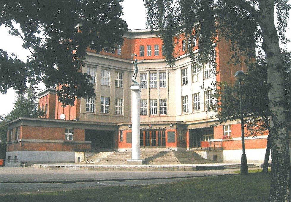 Budova je spolu s Muzeem východních Čech a labskou elektrárnou Hučák nejvýznamnější stavbou počátku moderní architektury v kraji.