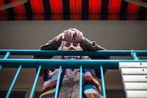 Formace Cirkus La Putyka v Domově U Biřičky předvedla seniorům své vystoupení.