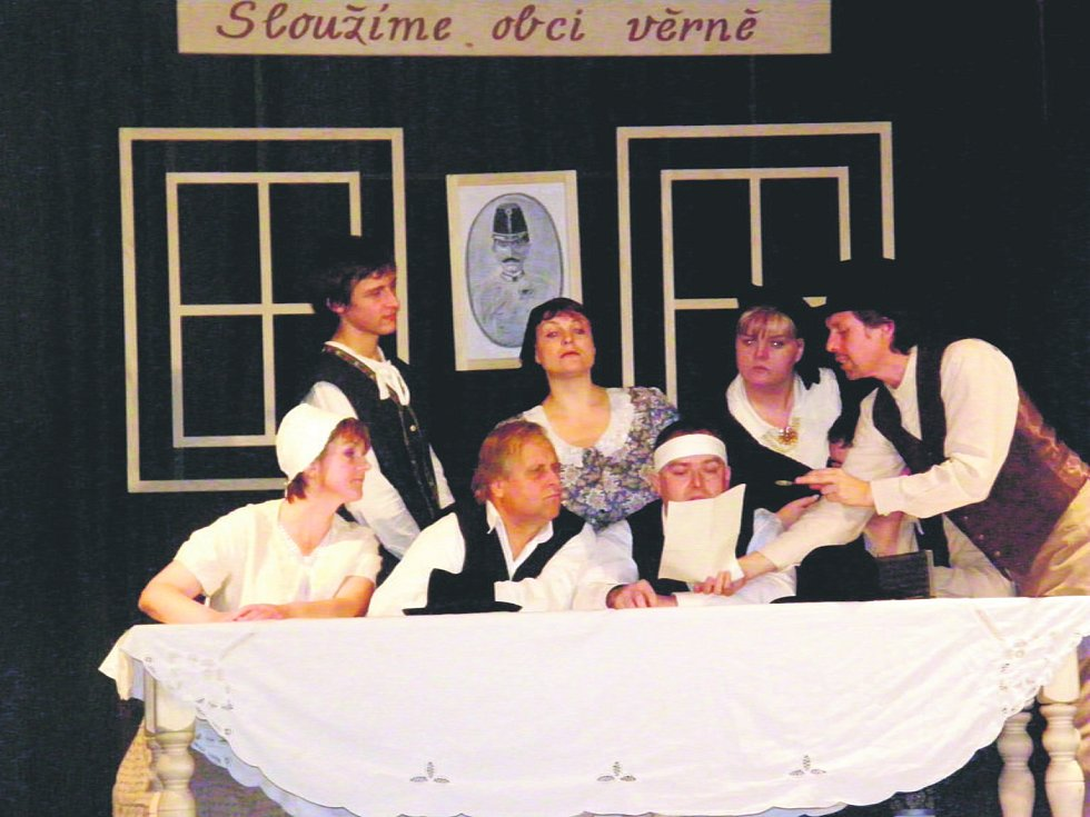 Divadelní představení Naši furianti v podání ochotníků z Lovčic v Kratonohách.