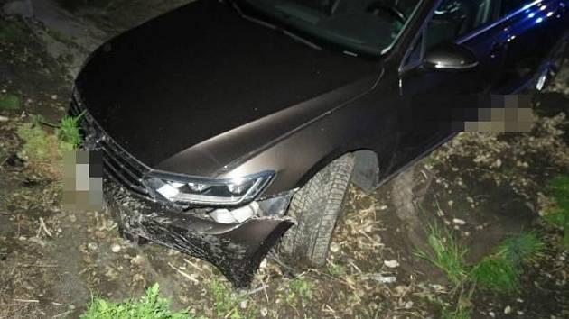 Řidič skončil po nehodě v korytu bývalého potoka