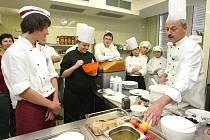 Studenti hradecké střední školy služeb, obchodu a gastronomie při přípravě na projekt, prostřednictvím kterého spolupracují s Nizozemskem, Dánskem a Itálií.