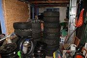 Dvojice z Mělnicka kradla z garáží vše. Kromě obvyklých pneumatik ji nenechaly klidnou ani další věci.