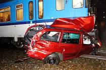 Nehoda vlaku a osobního vozidla na železničním přejezdu u Hradce Králové.