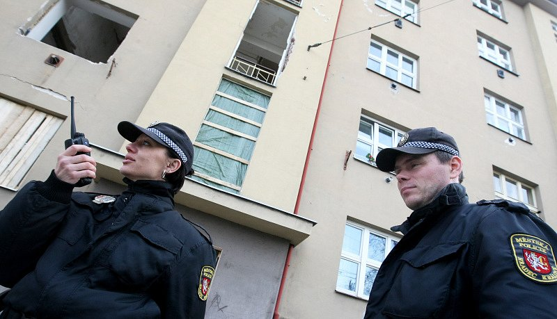 """Dům ve Střelecké ulici hlídají policisté před rabujícími """"hyenami"""""""