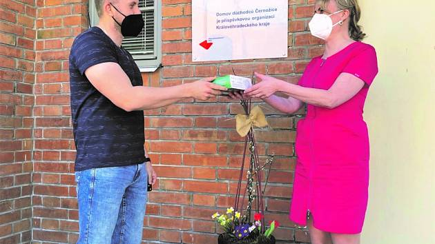 Fotbalisté hradecké Slavie pomohli důchodcům v Černožicích