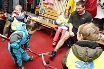 Hokejisty navštívili na zimním stadionu předškoláci.