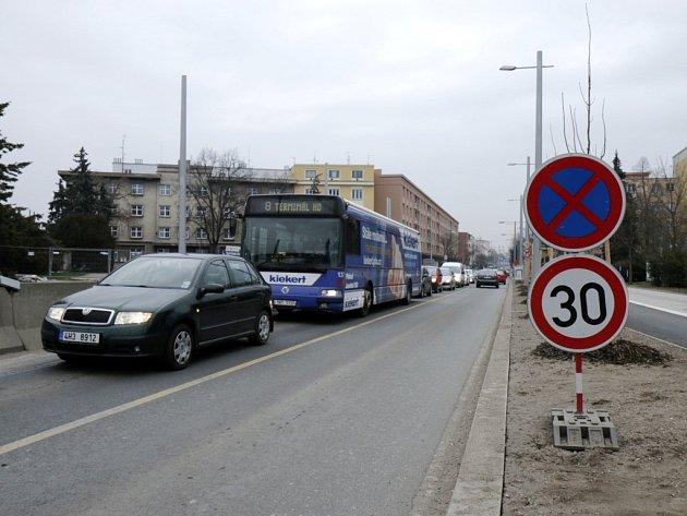 Dopravní kompikace na Gočárově třídě v okolí královéhradecké Koruny.